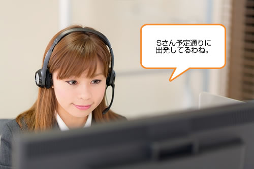 パソコンを見る事務員